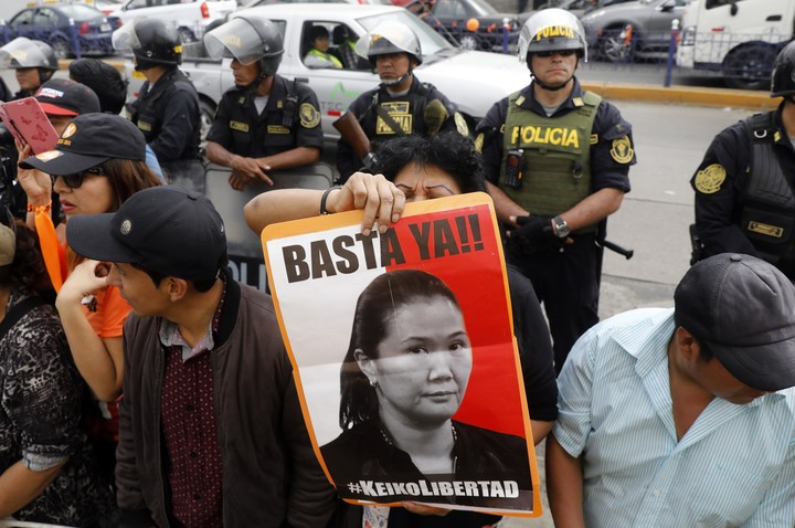 """A supporter of Keiko Fujimori, in Lima, while awaiting the release of the political leader, in November 2019, then arrested for a case of corruption.  A female supporter of opposition leader Keiko Fujimori holds a poster while awaiting her release, outside the Chorrillos Women's Annex in Lima, Peru, on November 29, 2019. The president of the Constitutional Court of Peru, Ernesto Blume, said Monday that no one has been dictated """"acquittal or conviction"""" of the leader Keiko Fujimori with declaring founded a """"habeas corpus"""" for your release.  (Xinhua / Mariana Bazo) (mb) (mm) (rtg)"""