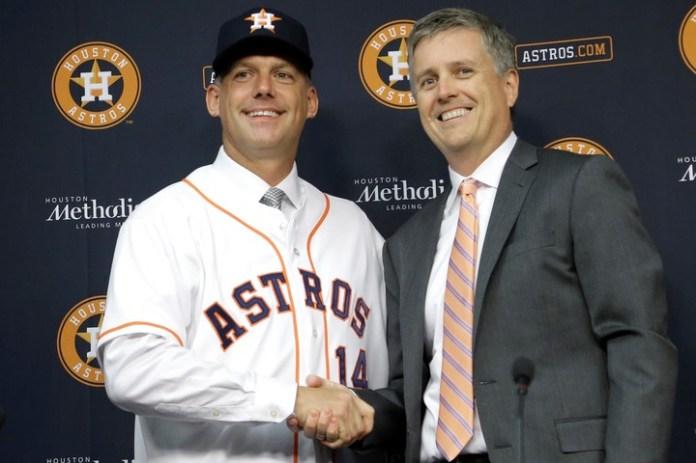 Jeff Luhnow y A.J. Hinch fueron suspendidos por la MLB y destituidos por los Astros por el escándalo de robo de señales. (AP)