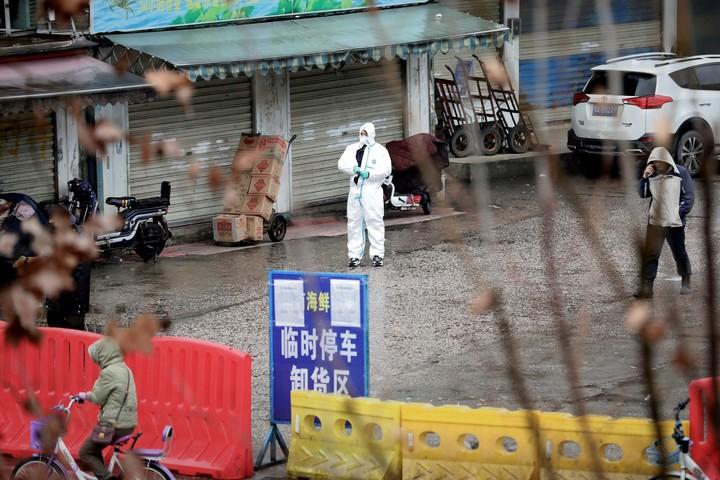 La comerciante dijo que continuó vendiendo mariscos en el mercado mientras estaba enferma (REUTERS).
