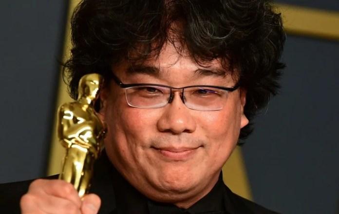 Bong Joon-ho, director de Parásitos, posa con una de las estatuillas que ganó la película en la última entrega de los Premios Óscar. /FREDERIC J. BROWN / AFP/