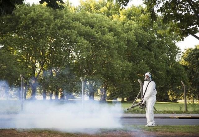 Fumigación para prevenir el dengue en San Isidro.