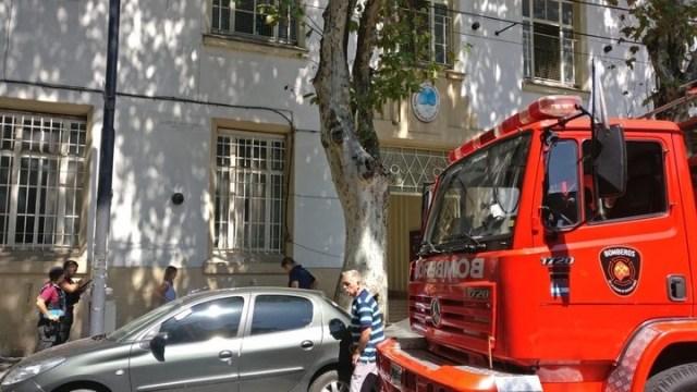 El camión de bomberos en la puerta de la escuela Crisóstomo Lafinur.