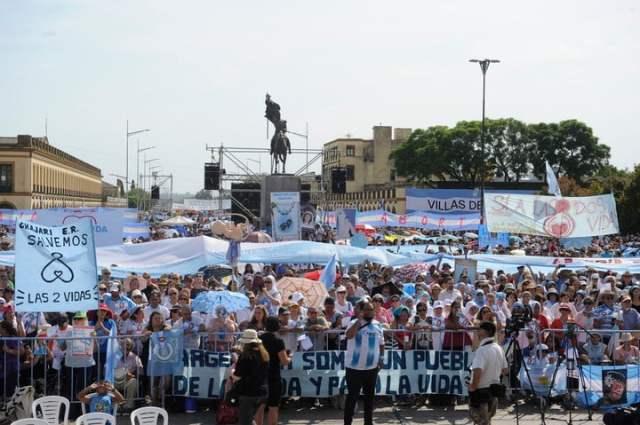 Miles de personas se concentraron este domingo frente a la Basílica de Luján en contra del aborto. Foto: Juan Manuel Foglia.