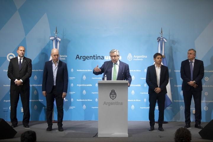 El primer anuncio de la cuarentena obligatoria, en Olivos. El presidente Alberto Fernández, con cuatro gobernadores: los opositores Larreta y Morales y los oficialistas Perotti y Kicillof.