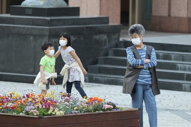 Con tiendas cerradas y menos personas en las calles, Japón intenta contener la rápida propagación de infecciones de COVID-19 en todo el país. /Xinhua/Du Xiaoyi/