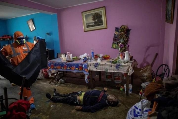 Luis Zerpa se prepara para retirar el cuerpo de Faustino Lopez./ AP