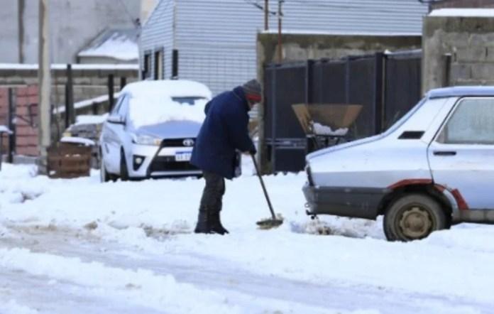 Los vecinos sacando la nieve de la puerta de sus casas.