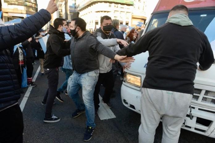 Manifestantes atacan al móvil de C5N. Foto: Andrés D'Elia