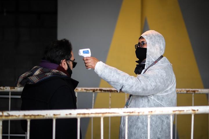 Control de temperatura antes de ingresar en el aeropuerto. Foto: EFE/Juan Ignacio Roncoroni