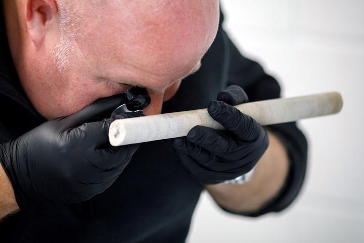 David Nash, geomorfólogo de la Universidad de Brighton, examinando un núcleo de la Piedra 58 de Stonehenge que fue robado en la década de 1950 y que fue repatriado recientemente. Foto: NYT