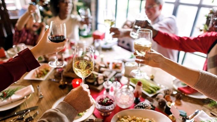 Por el coronavirus, chocar las copas o apretarnos alrededor de una mesa navideña van a ser fotos del pasado.