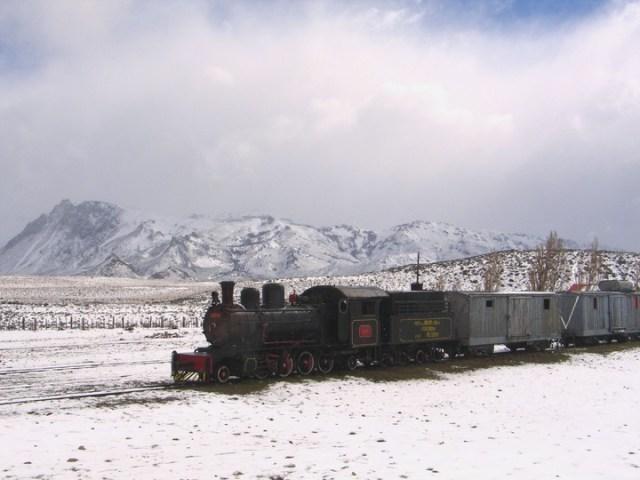 La Trochita avanza en la estepa patagónica.