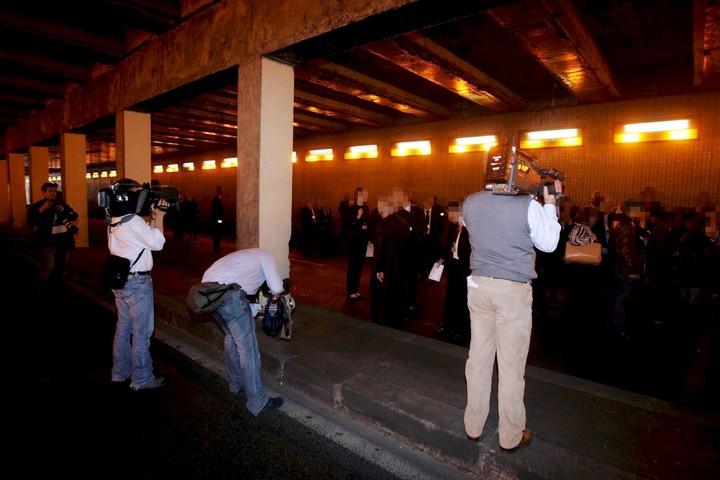 Miembros del jurado en el túnel de París tratando de determinar qué ocurrió el día del accidente. (EFE)