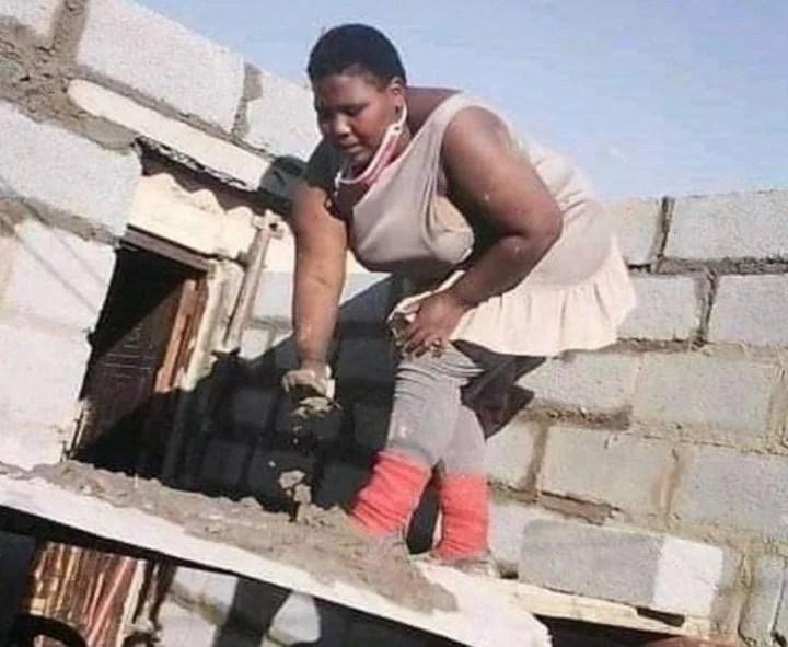 Zamanzini Philisiwe es una joven ingeniera sudafricana que con sus propias manos comenzó a construir una parte de su vivienda.