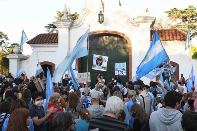 En Olivos, hubo tensión entre militantes peronistas y manifestantes que protestaban contra el Gobierno. Foto Marcelo Carroll