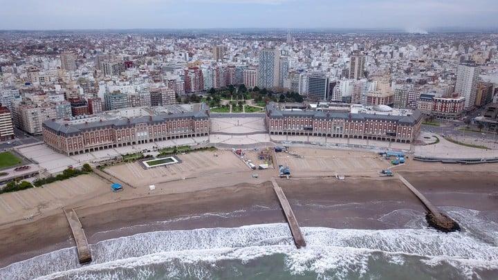 Vista aérea de las playas céntricas de Mar del Playa. La ciudad prepara protocolos para recibir turistas durante el verano. Foto Christian Heit