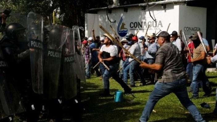 Productores agropecuarios del estado de Chihuahua ocuparon la presa La Boquilla y se enfrentaron con agentes de la Guardia Nacional de México. Foto: Reuters