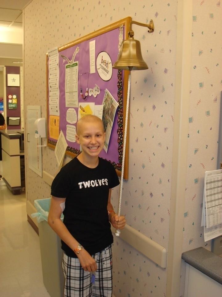 El clásico toque de campana que anuncia el final del tratamiento en el hospital. Foto Keep Kids Connected