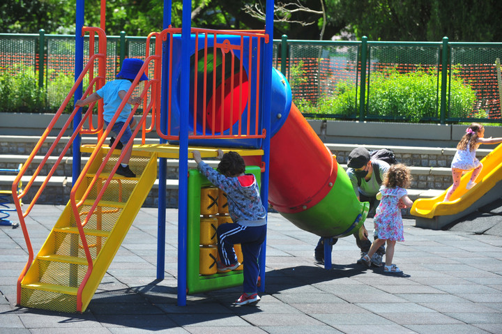 También se habilitan los patios de juegos de las plazas. Foto Guillermo Rodríguez Adami