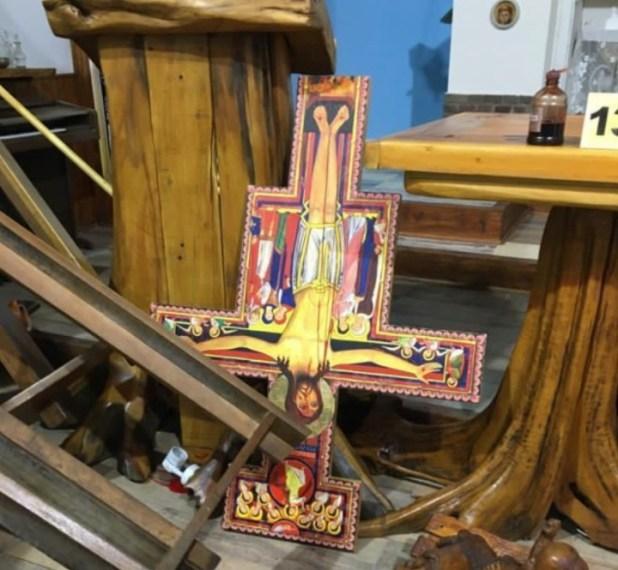 Así quedó la iglesias tras la irrupción del grupo mapuche. Fuente Twitter @CarlosEguiaUno