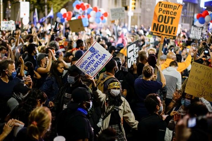 Simpatizantes de Joe Biden anticipan el festejo en Filadeldia, ciuda del estado clave de  Pennsylvania. Foto: Reuters