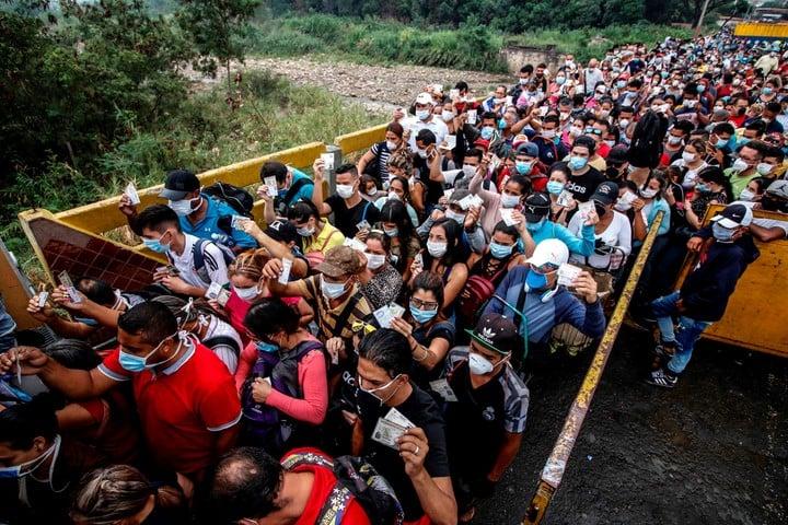 Miles de venezolanos tratan de cruzar la frontera hacia Colombia, en el puente internacional Simon Bolivar, en marzo de este año. Foto: EFE