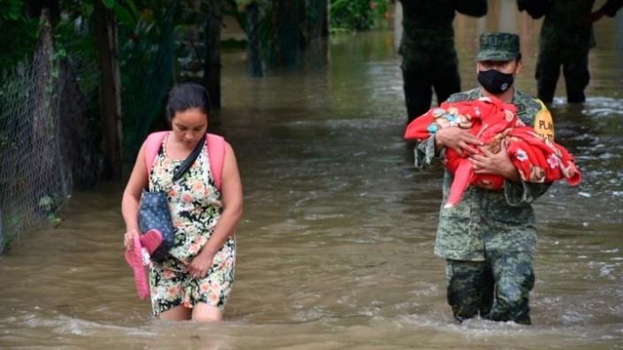 Las inundaciones provocadas por las lluvias torrenciales que afectaron la costa este de México durante el paso del huracán Eta dejaron a miles de personas sin hogar. Foto: telemundo20.com