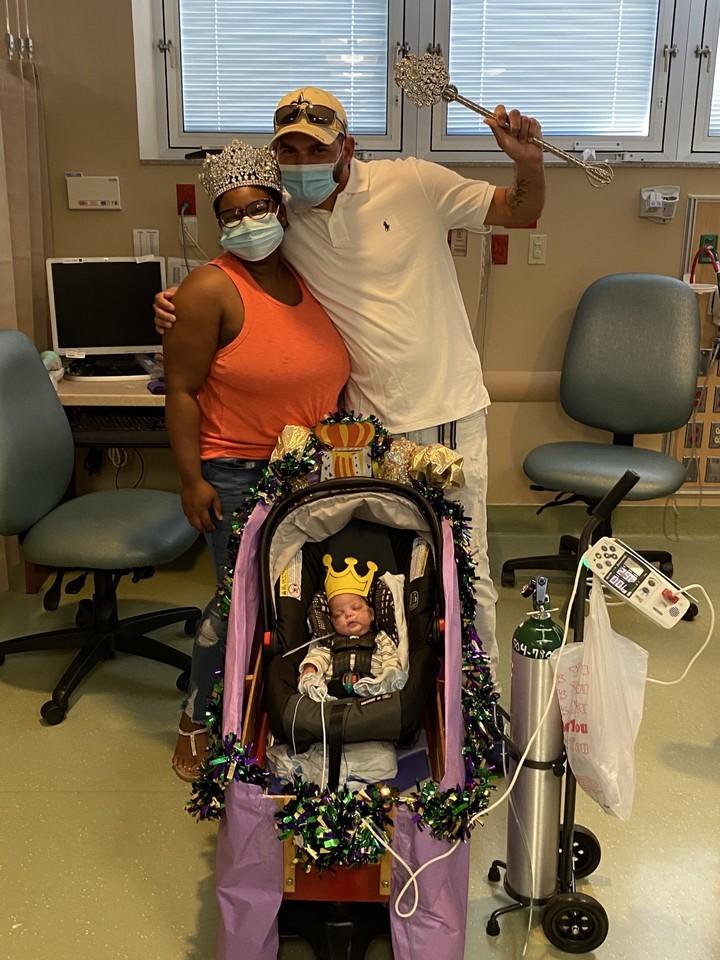 Los padres Natasha Williams y Russell Appold, momentos antes de salir del hospital hacia su casa.