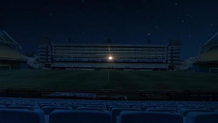 La Bombonera a oscuras con el palco de Diego Maradona como único punto iluminado