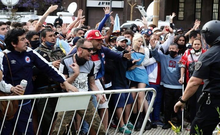 Desbordes en el acceso a la Casa Rosada para despedir a Diego Maradona. Foto AFP