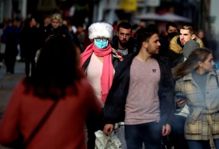 Compradores navideños en la ciudad de Oxford,  con y sin barbijo. Foto: AP