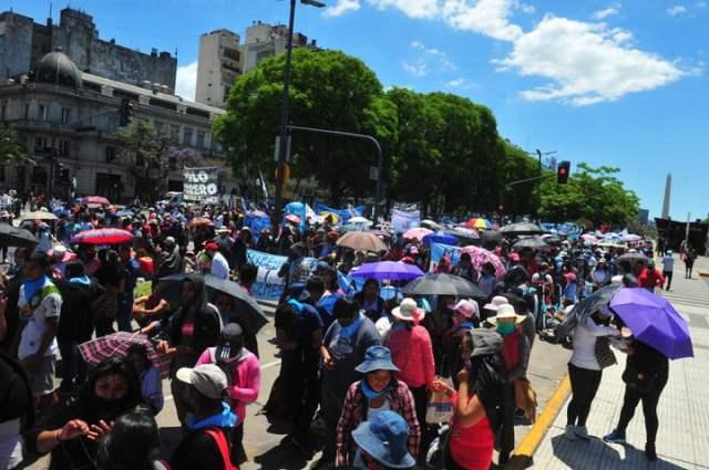 Grupos piqueteros opositores al Gobierno, en una protesta a fin de año. En principio, no participarían del plan para concientizar por la vacunación. Foto Guillermo Rodríguez Adami.