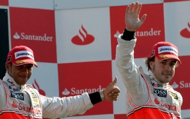 Hamilton y Alonso en su etapa como compañeros en McLaren. Foto Reuters