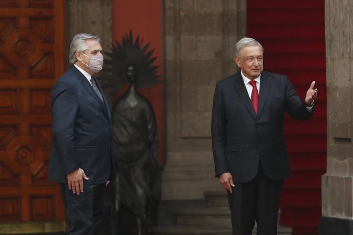 El presidente de México, Andrés Manuel López Obrador, con Alberto Fernández, cuando hablaron este martes durante un acto en el Palacio Nacional, en Ciudad de México (México). Foto EFE.