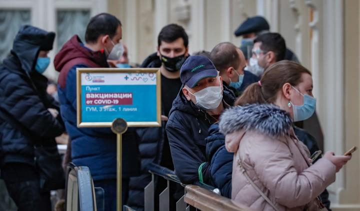 Filas para vacunarse en un centro comercial de Moscú. Foto EFE