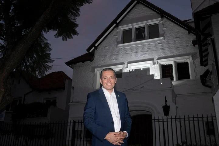 El intendente Esteban Echeverría, Fernando Grey, en la casa donde vivió Juan Perón. Foto Rolando Andrade.