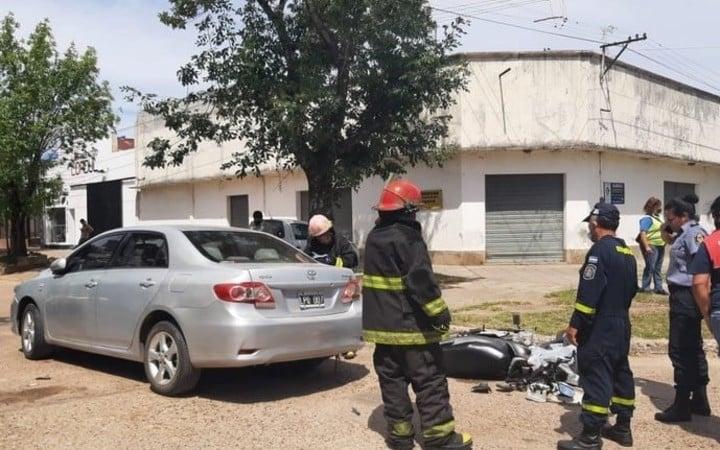 La moto en la que viajaba la víctima y el auto con el que impactó. Foto: Monte Caseros Online