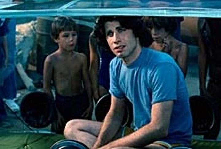 John Travolta interpretó a Tod, un joven aislado como David y que se enamoraba de una chica.