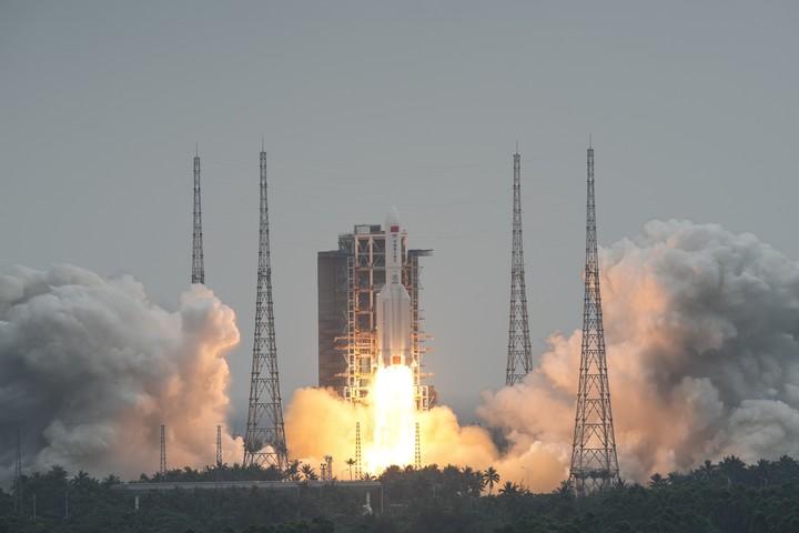 El cohete Gran Marcha-5B Y2, que llevaba el módulo Tianhe, al despegar desde el Sitio de Lanzamiento de Naves Espaciales de Wenchang en la provincia de Hainan. (Xinhua)