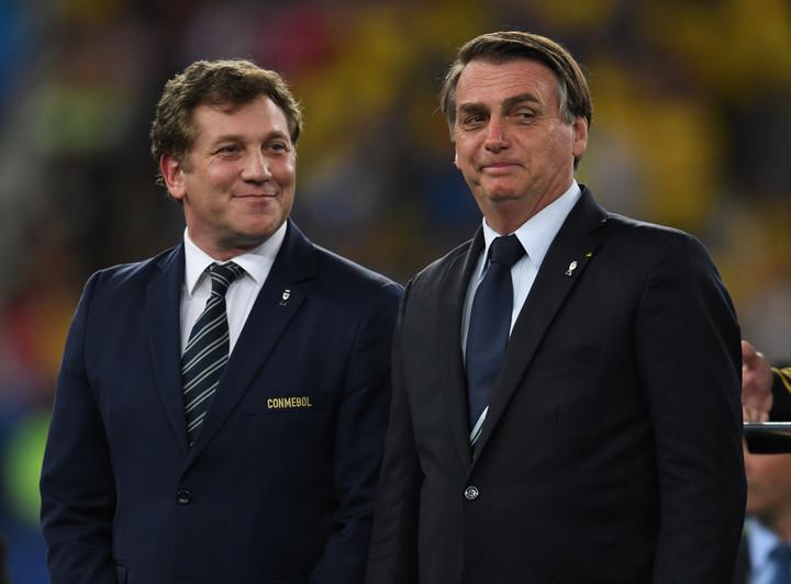 El titular de la Conmebol, Alejandro Domínguez, y el presidente de Brasil Jair Bolsonaro en la premiación tras la final de la Copa América 2019. Foto: Juano Tesone.