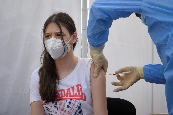 Una joven es vacunada con Pfizer en Rumania, en el marco de la campaña de inmunización a jóvenes de entre 12 y 15 años. Foto: AP.