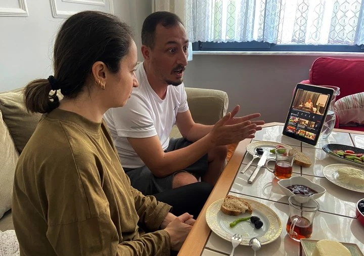 A couple from Istanbul were engrossed in watching the latest Peker premiere.  Photo: AP