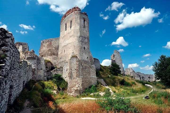 Behind the walls of the castle of Csejthe, the young women were tortured and savagely murdered.  Photo: De LMih - CC BY-SA 3.0