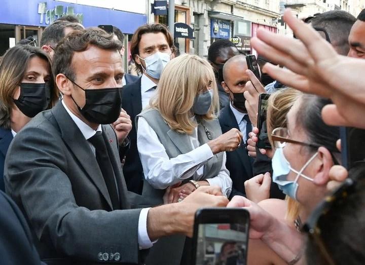 Emmanuel Macron and his wife Brigitte Macron, greeting people in Valence.  Photo EFE.