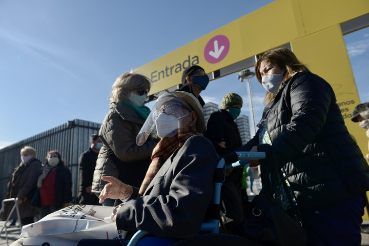 Older people arrive with great anxiety and excitement at the vaccination posts.  Photo Andrés D'Elía