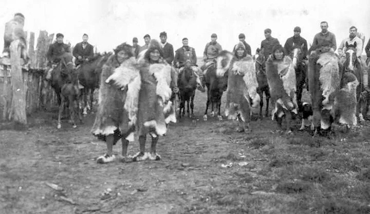 An image of Selk'nam Indians in the Viamonte ranch at the beginning of the 20th century.  Photo http://mensajerodelrio.blogspot.com/