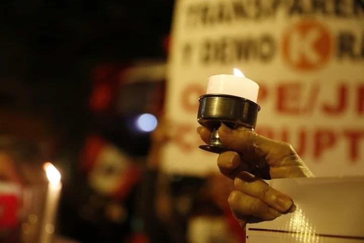 Fujimori followers light candles in Lima.  Photo: EFE
