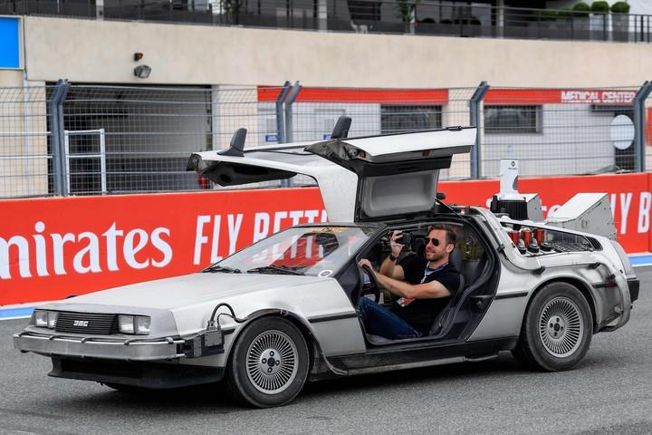 Un DeLorean DMC 12  suelto en Paul Ricard. Sí, Volver al Futuro se mudo a Le Castellet. Foto: AFP