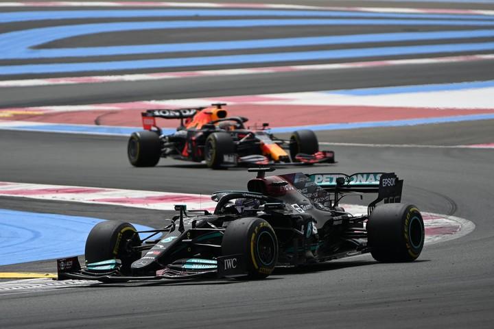 Hamilton manda de arranque tras el error de Verstappen. Foto: AFP