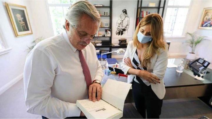 Alberto Fernández junto a Cecilia Nicolini, la mujer clave para que Argentina produzca la vacuna rusa.